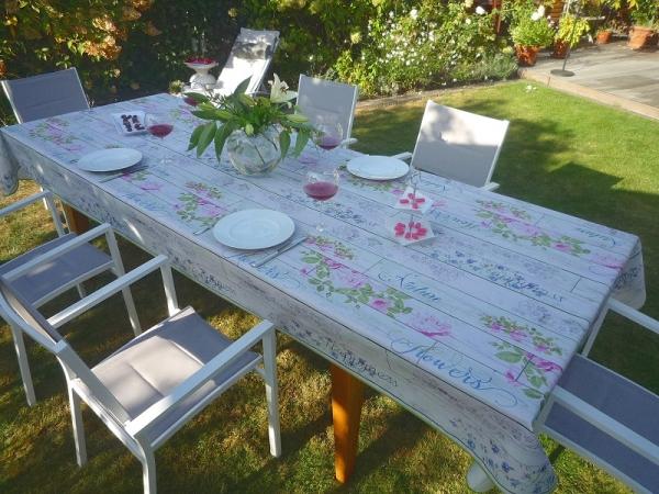 Florale Freuden: Zarte graue Tischdecke mit üppigen Rosen