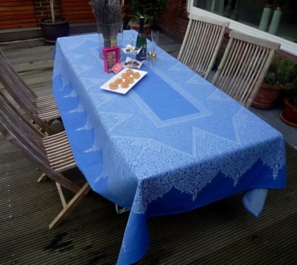 Meerblau wirkt entspannend...- Tischdecke Montory Bleu in edlem Meerblau