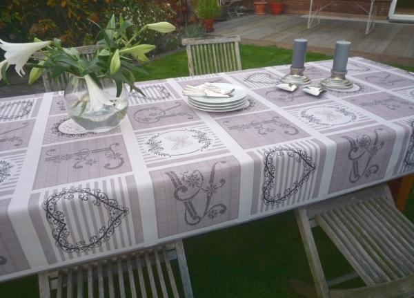 Landhaus-Flair: Cremeweiße Tischdecke mit einem Schuss Romantik
