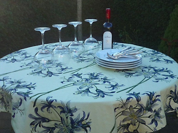 Blüten in Blau – Seidig-glänzende Taft-Tischdecke Lille in Champagner