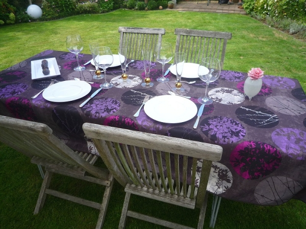Dunkler Farbmix! – Pflegeleichte Tischdecke in Schwarz mit Lila und Pink