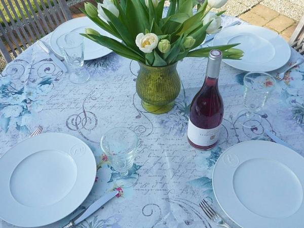 Üppiges Blütenspiel – Reizende Tischdecke mit Blickfang