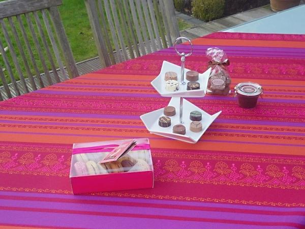 Streifzug – Leuchtende Tischdecke in Pink, Orange und Violett