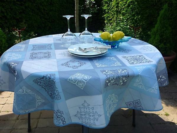 Chic und stilvoll – Hellblau-graue Tischdecke mit feinen Ornamenten