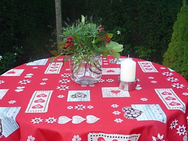 Herzenssache! - Pflegeleichte Tischdecke in peppigem Rot mit dezenten Herzen