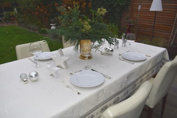Weihnachten de luxe – Elegante Matelassé-Tischdecke Rose ecru Gris
