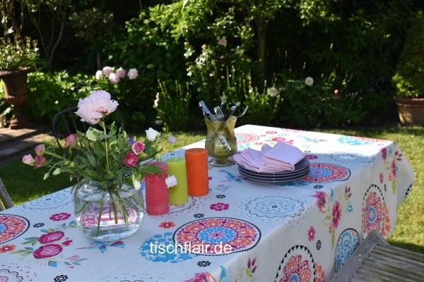Bunter ist schöner! – Cremeweiße pflegeleichte Tischdecke mit bunten Kringeln