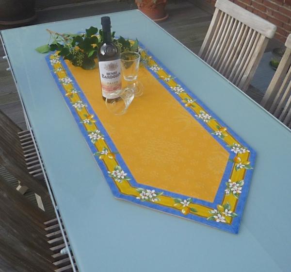 Strahlend gelb! – Leuchtender Matelassé-Tischläufer Citronniers Gelb