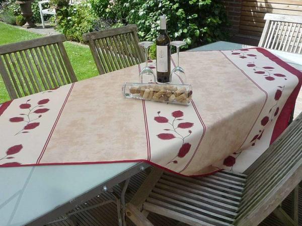 Blumiger Begleiter – Aparte Tischdecke mit filigranen Blumenranken