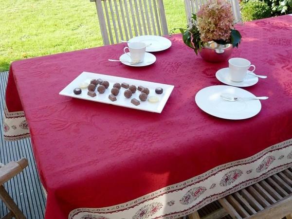 Vom Feinsten! – Hochwertige Matelassé-Tischdecke La Rose Rouge-rot