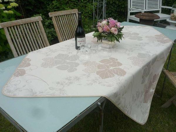 Elegantes Blütenspiel – Tischdecke für jeden Anlass