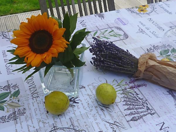 Malerische Provence – Hellgraue Tischdecke mit Zitronen, Lavendel und Oliven