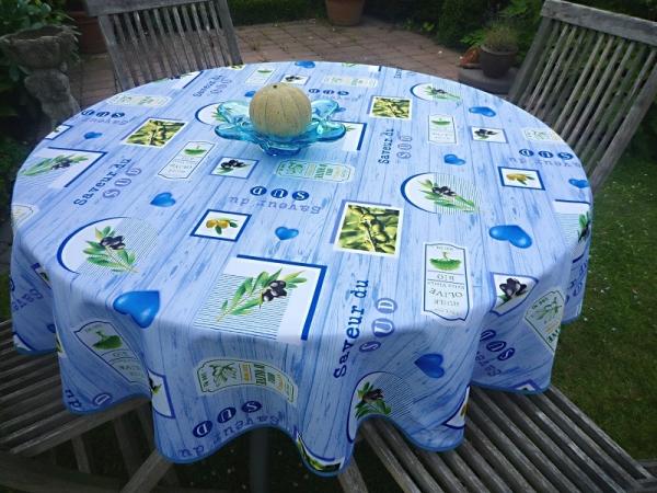 Olive – Fernweh! – Frische Tischdecke mit Oliven in hellblau