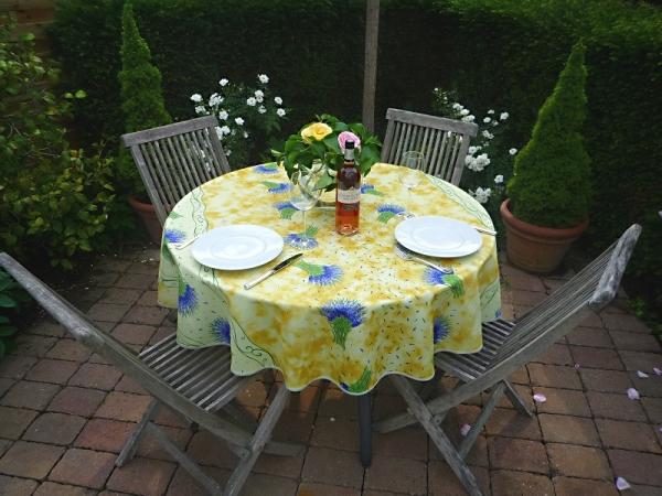Da, wo der Lavendel wohnt...! – Glanzvolle Tischdecke in Gelb mit Lavendelstäußchen