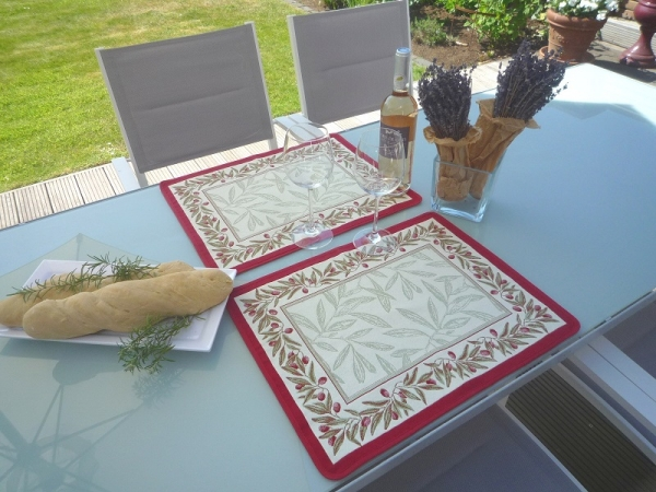 Oliven pur – ein Klassiker der Provence! – Jacquard Tischset Malmaison creme rouge