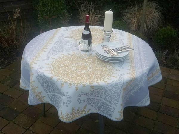 Goldene Zeiten – Weiße Tischdecke mit golden und silbergrauen Ornamenten