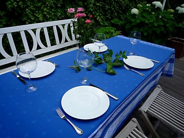 Verlockung in Blau! – Traumhafte Jacquard-Tischdecke Emile in blau