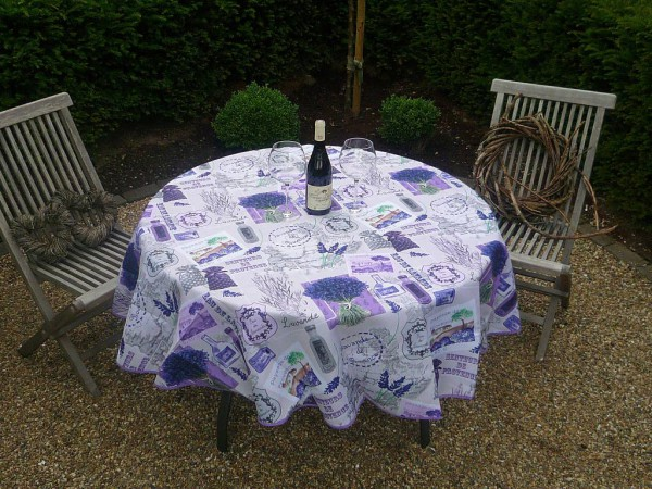Mediterraner Sommertraum! – Strahlende Tischdecke mit Lavendel-Variationen