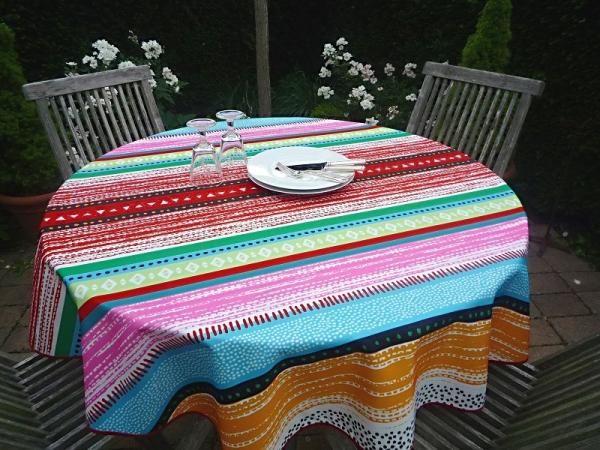 Hier geht's bunt-gestreift zu! – Farbenfrohe pflegeleichte Tischdecke