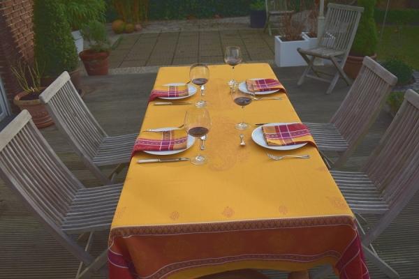 Sonnengelbes Glück! – Leuchtende Jacquard-Tischdecke Gerome in Sonnengelb