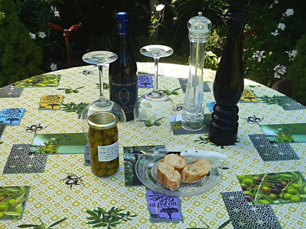 Oliven – die pure Verführung! – Lebhafte Tischdecke in zartem Apfelgrün mit Oliven