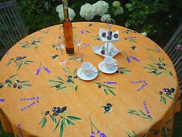 Was wäre ein Sommer ohne Oliven? – Strapazierfähige Tischdecke in Terrakotta mit Oliven