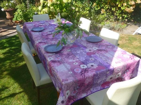 Spiel mit Lila und Rosé-Pink! – Bügelfreie Tischdecke im Blütenstyle
