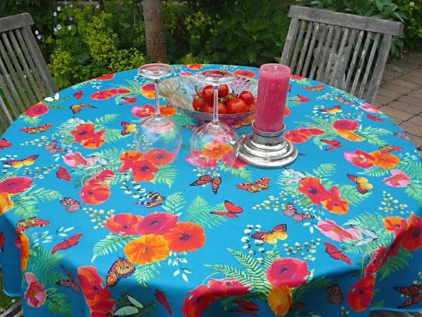 Mohn amour! – Pflegeleichte Tischdecke in Türkis-Blau mit Mohnblüten und Schmetterlingen