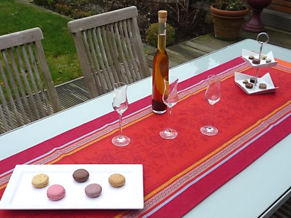 Sommerliches Farbenspiel... - Leuchtend roter Tischläufer Jacquard Féreol rouge