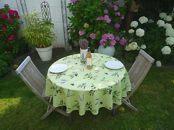Frisches Grün! – Spritzig grüne Tischdecke mit Oliven und Lavendel
