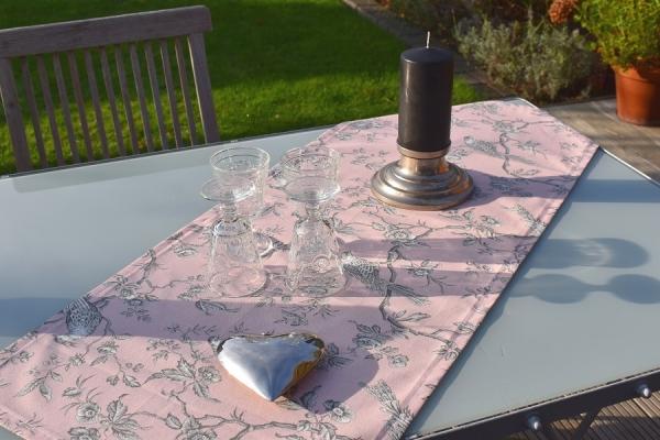 Soooo romantisch! – Rosé Baumwoll-Tischläufer Marais im Toile-de-Jouy-Stil