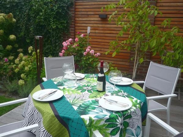 Ein bisschen Exotic! – Frische Tischdecke mit zauberhaften Blättern und Blüten