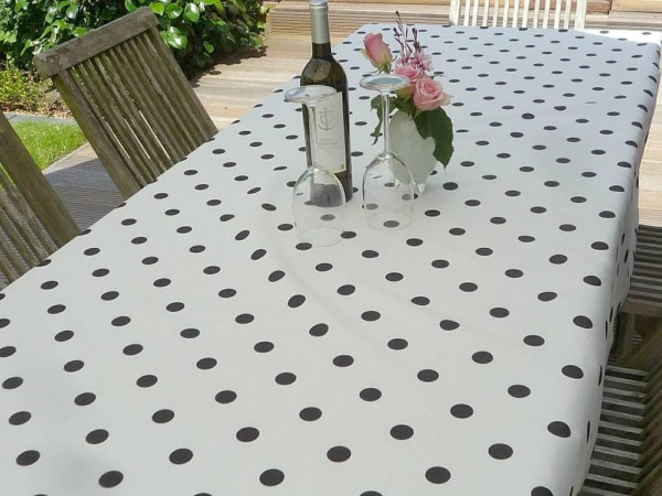 Punktum! – Weiße Tischdecke mit schwarzen Punkten