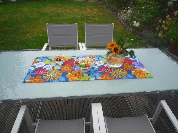 Blau mit Bunt! – Blauer Tischläufer Fiora mit kunterbunten Blumen
