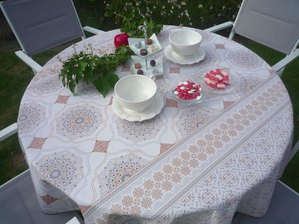 Zarte Erscheinung! – Stilvolle Tischdecke in Creme