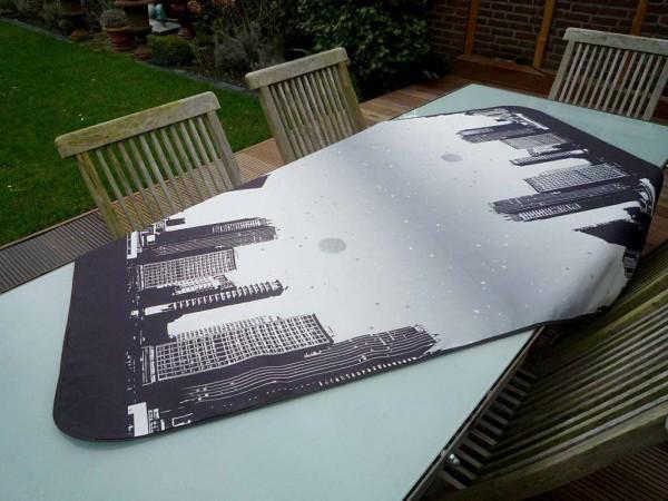 Futuristisch und originell! – Schwarz-graue Tischdecke mit einer atemberaubenden Skyline
