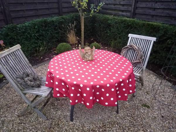 Getupft – Rote Tischdecke mit feinen weißen Tupfen