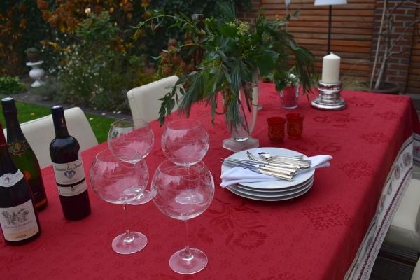 Vom Feinsten! – Weihnachtliche Matelassé-Tischdecke Rose Rouge