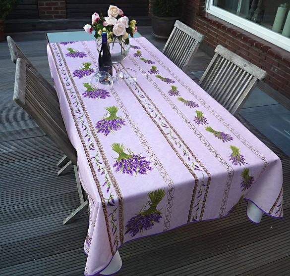 Herrlich duftet der Lavendel! Fliederfarbene pflegeleichte Tischdecke mit Lavendelsträußen