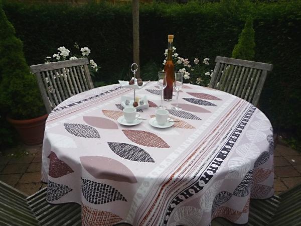 Blätter-Romantik! – Fleckabweisende Tischdecke in beigen Tönen