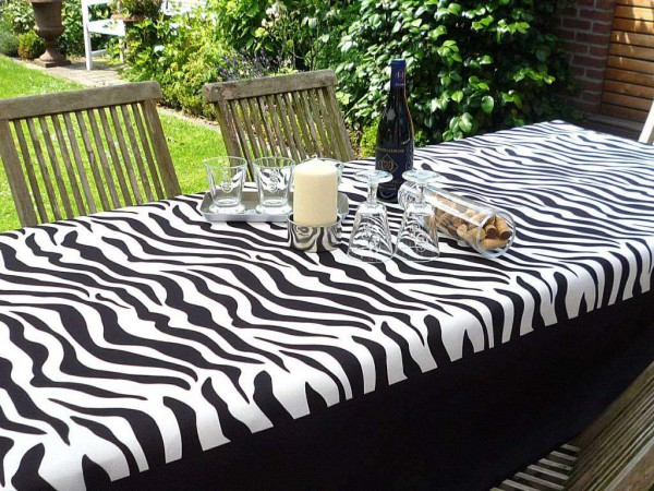 Safari-Look – Schwarze-Tischdecke mit Streifen im Zebra-Look