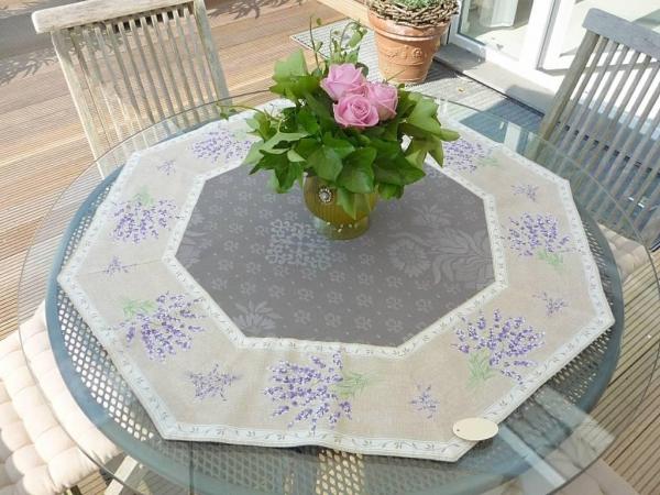Lavendelgrüße aus der Provence – Luxuriöse Matelassé-Tischdecke Lavande gris-grau
