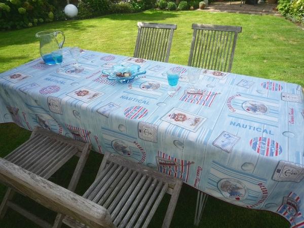Maritimer Look! – Hellblaue bügelfreie Tischdecke mit Meerblick