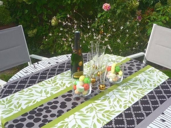 Grün, Weiß, Schwarz! – Spritzige Tischdecke in kräftigem Design