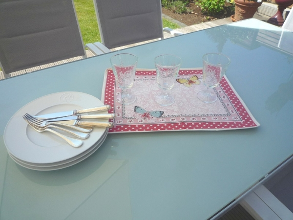 Beflügelt den Tisch verschönern – Jacquard Tischset Papillon rosé