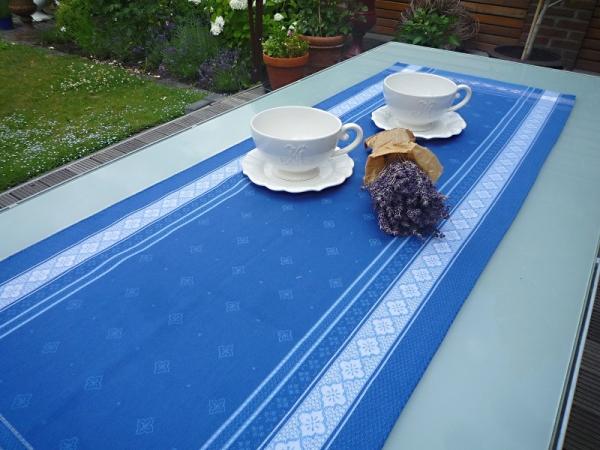 Blau, einfach himmlisch – Feiner Tischläufer Emile in strahlendem Blau