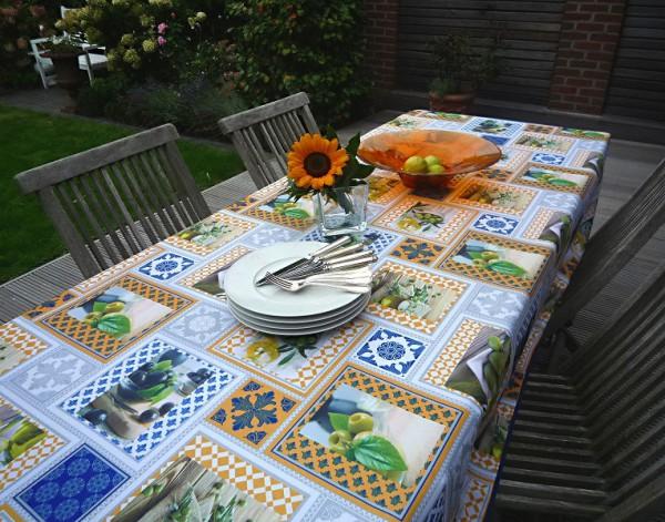 Farbenfrohe Quadrat-Muster – Lebhafte Tischdecke in Blau, Gelb und Weiß mit Oliven und Mosaiken