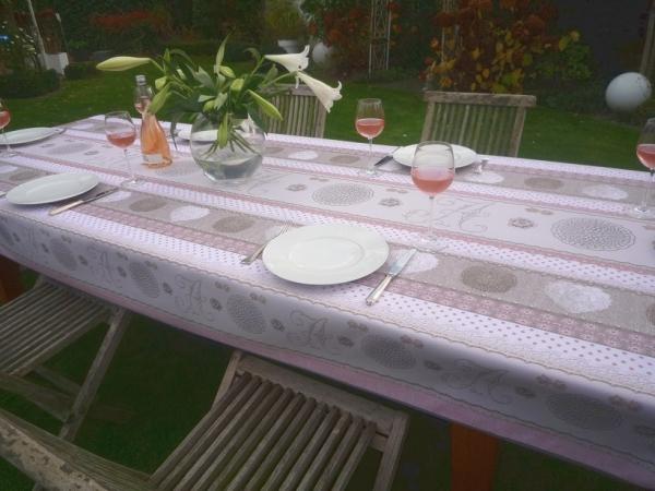 Edler Blickfang – Romantische Tischdecke in Rosa und Grau