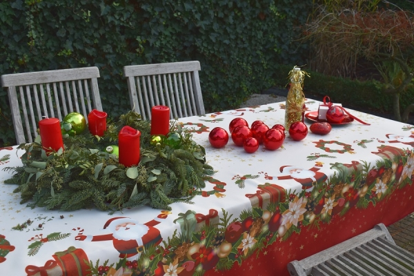 Weihnachtszauber! – Pflegeleichte Weihnachts-Tischdecke in Creme und Rot