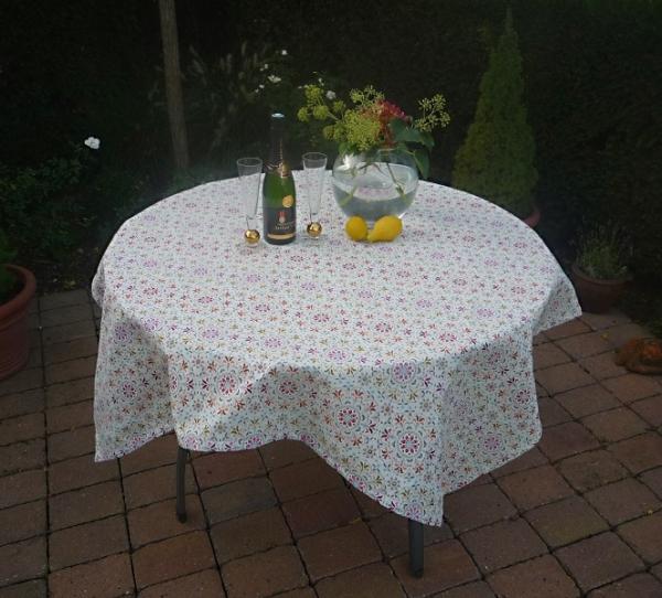 Farbenreich – Spritzige Gobelin-Tischdecke Odile in Creme mit bunten Blümchen